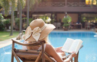 livre-ouvert-femme-piscine
